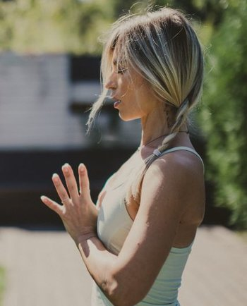Sorina Fredholm prezinta: (2) Yoga pentru o viata mai prezenta