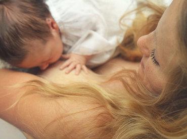 Alăptatul și căderea părului: modalități de a combate căderea părului după naștere