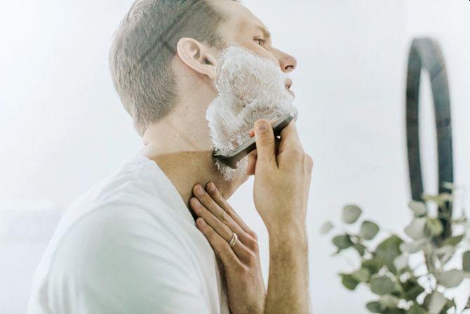 Durerea și înroșirea locală, însoțite de pustule pe față și pe gât apar la bărbați, în general la 48 de ore după bărbierit.