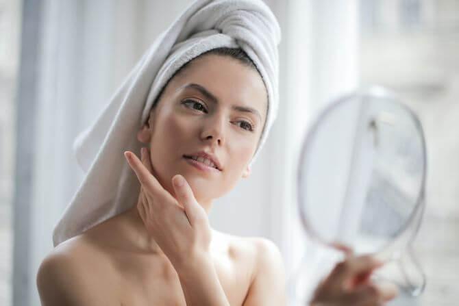 Acidul glicolic face parte din familia acizilor alfa-hidroxi (n.r. AHA), este solubil în apă și are efect exfoliant pentru piele.