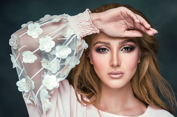 Fiind, deseori, o consecință a excesului de sebum, e foarte important ca, pe, tenul cu imperfecțiuni să se folosească doar produse de make-up care nu blochează porii.
