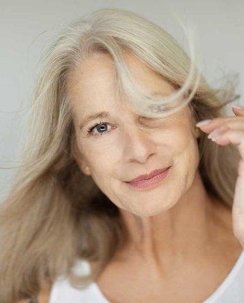 Bufeurile la menopauză: Cauze, simptome și metode prin care să le ții sub control