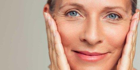 Menopauza: Care sunt cele mai frecvente simptome care anunță schimbările pielii?